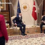 """Ursula von der Leyen in piedi in Turchia. Draghi: """"Erdogan dittatore"""""""